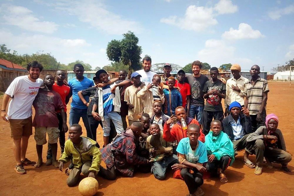 Kenya gruppo con un casco bianco