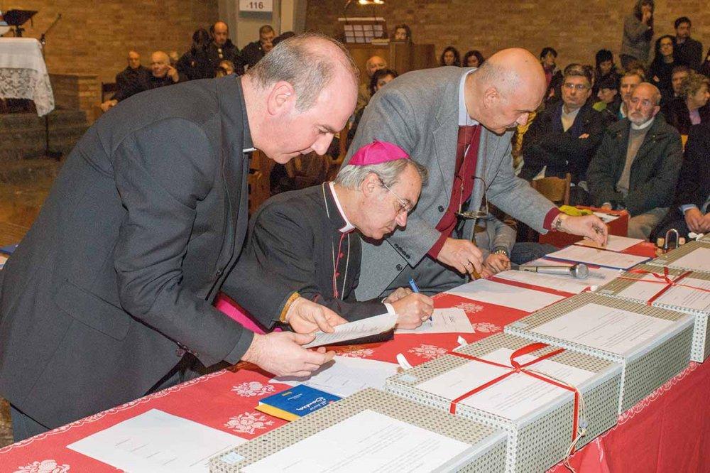 Firma dei documenti da parte del Vescovo Francesco Lambiasi
