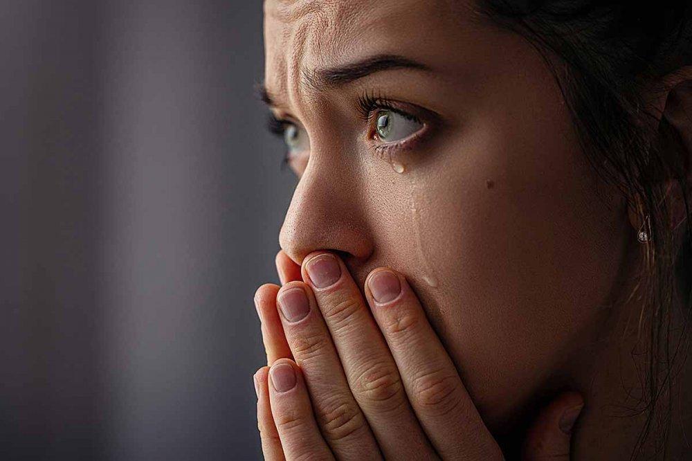 Donna disperata che piange