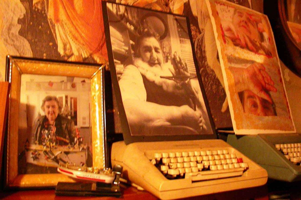 La macchina da scrivere e alcune foto di Alda Merini