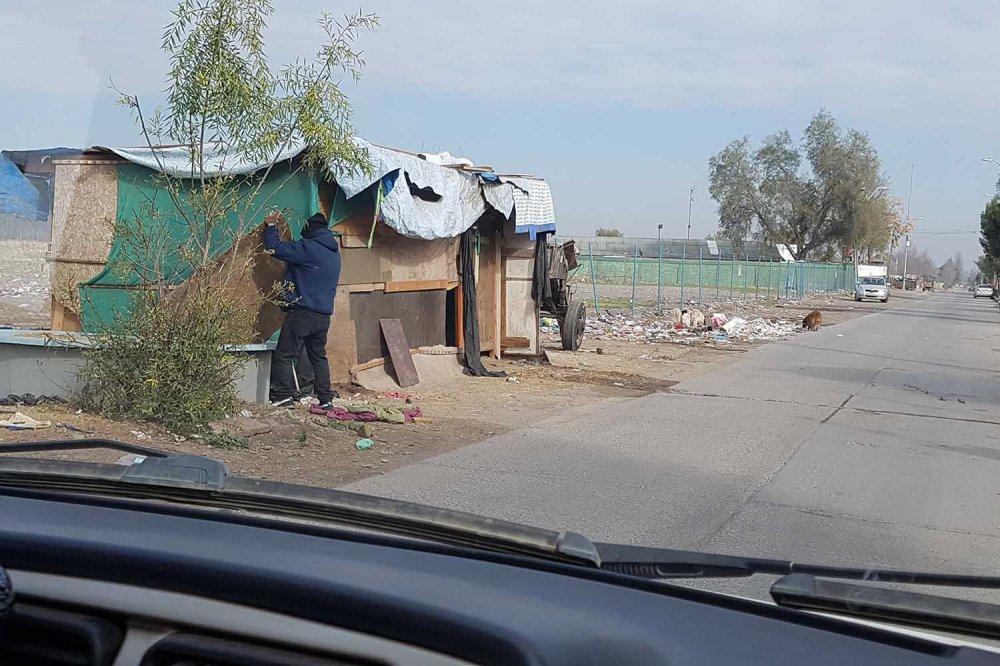 Baracca lungo la strada a La Pintana, quartiere di Santiago, Cile