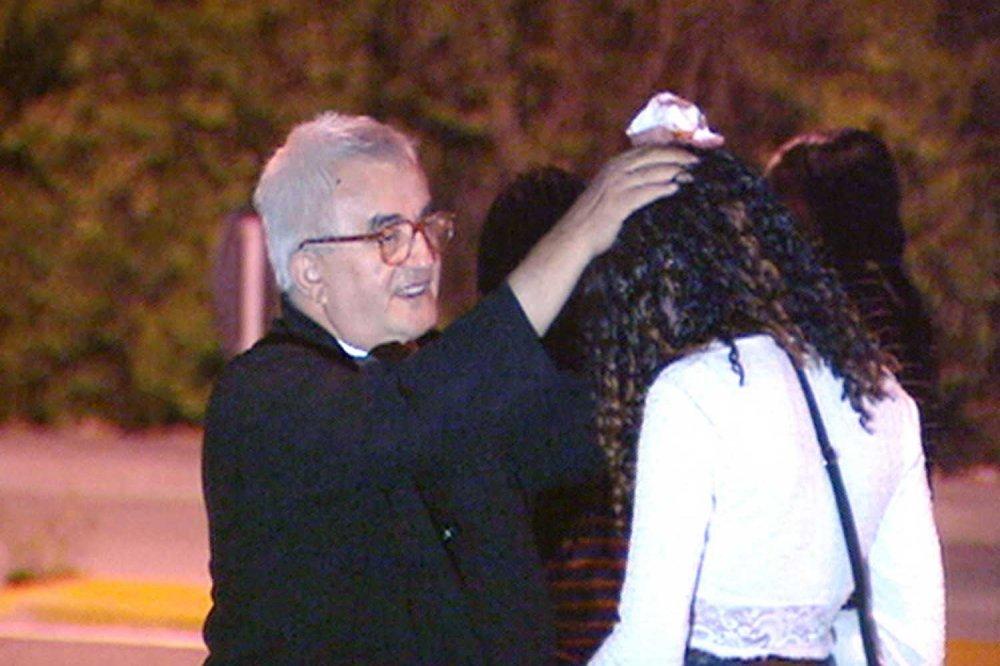 Don Benzi benedice ragazza vittima del racket della prostituzione