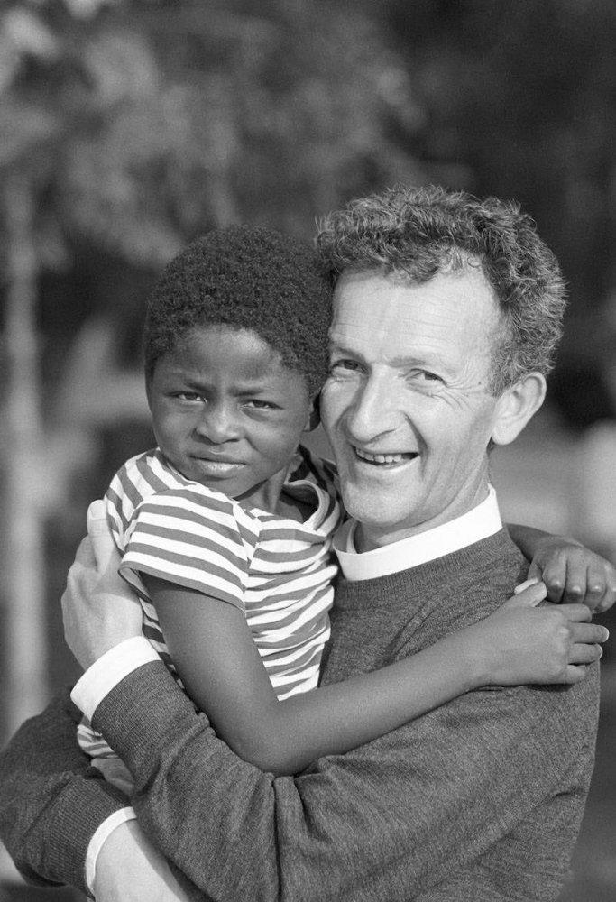 Don Elio e bimbo africano