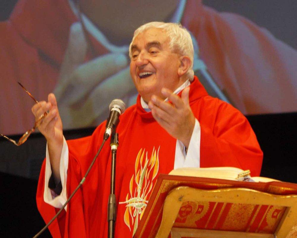Don Benzi celebra la messa