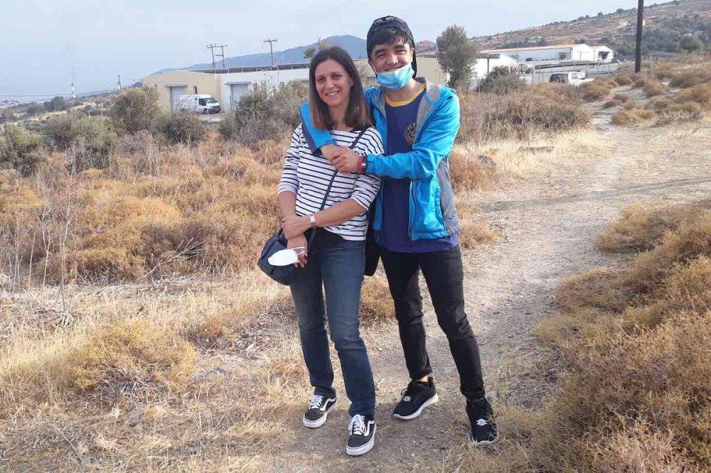Fabiola Bianchi con Nico, ragazzo accolto, nella campagna greca