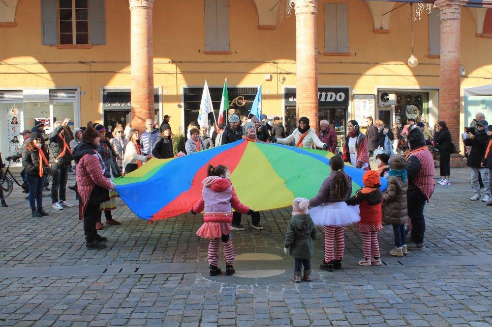 Bambini con il Circostrass in piazza