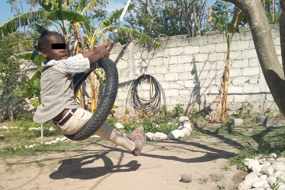 Bambino in altalena ad Haiti