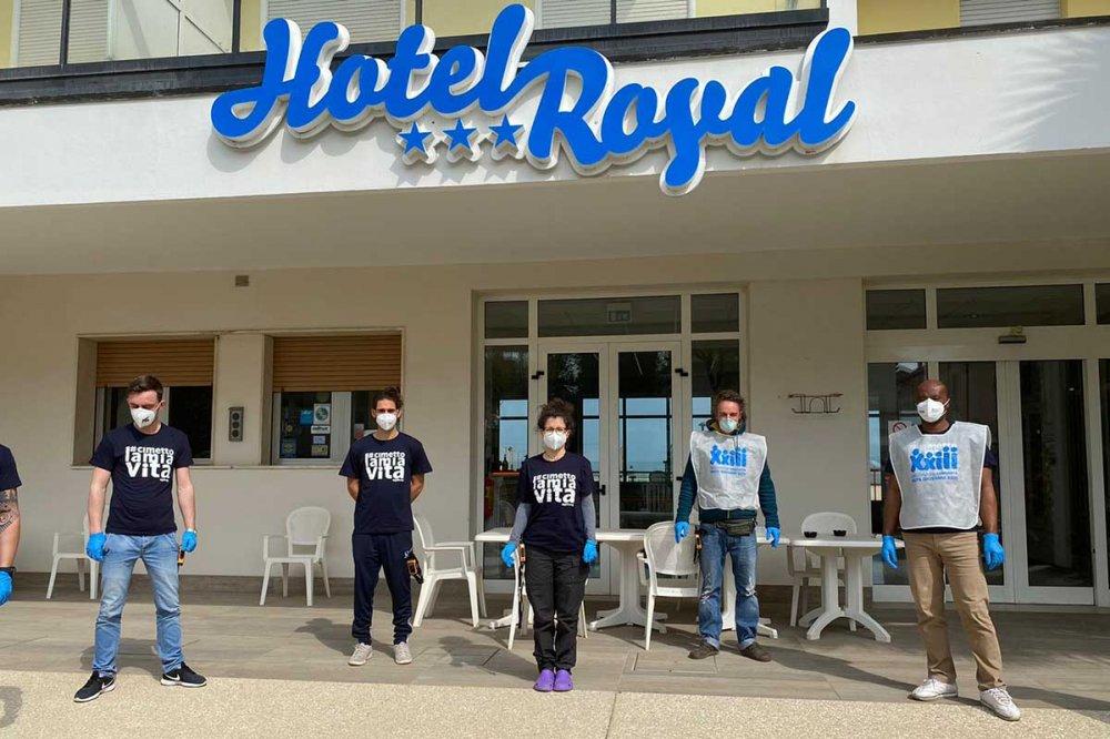 Operatori dell'Hotel Royal con guanti e mascherine