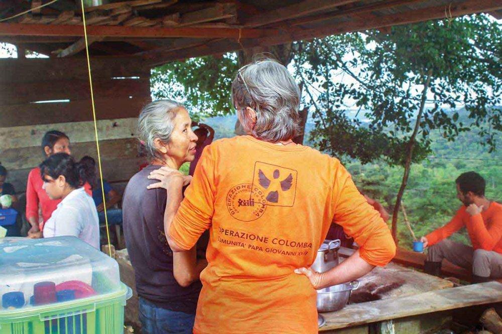 Volontari nella Comunità di Pace di San José de Apartadó, Colombia