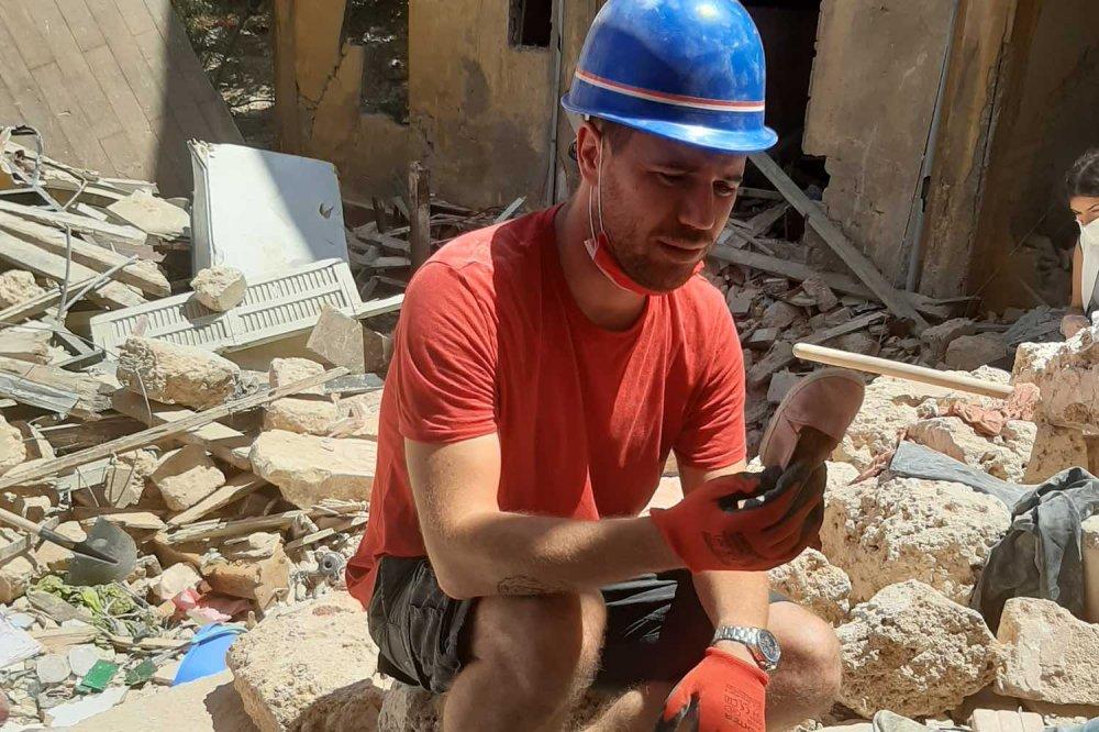 Alessandro Ciquera, volontario di Operazione Colomba, fra le macerie in Libano