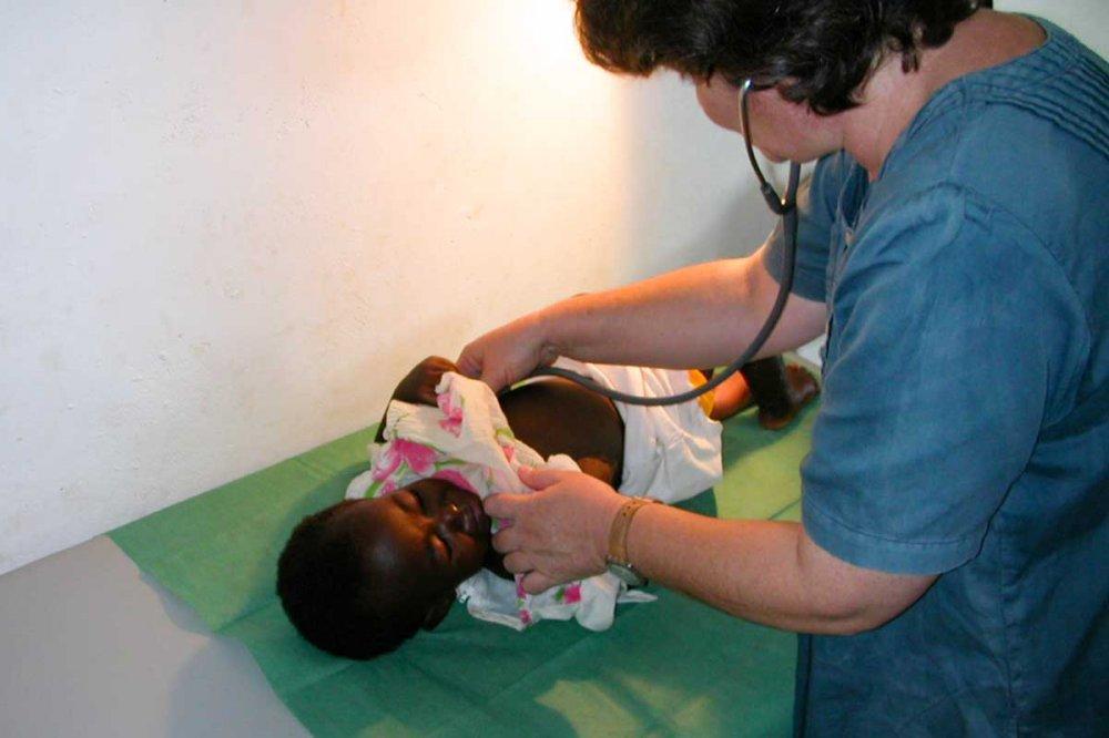 Mara Rossi visita bambino in Zambia