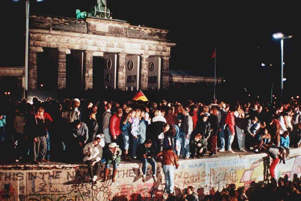 Folla sul muro durante la caduta nella notte del 9 novembre 1989