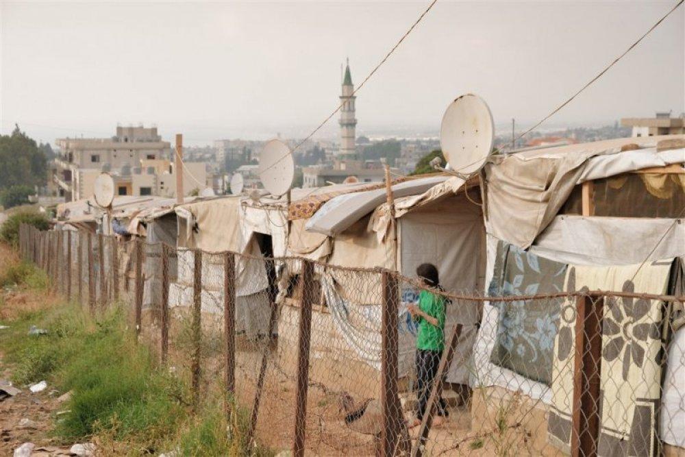 Ragazzina fra le tende nel campo profughi