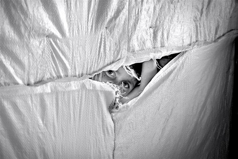 Bambino  siriano nel campo profughi