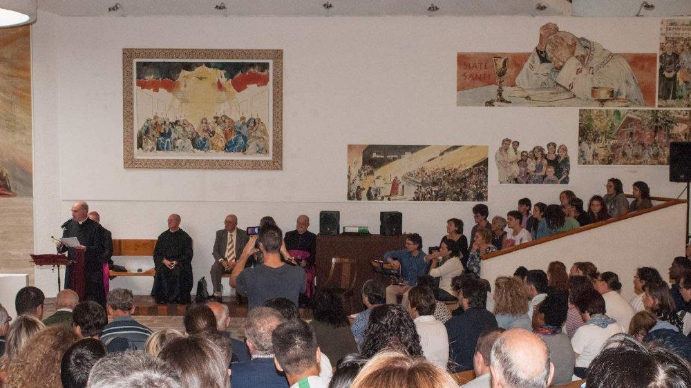 Interno della parrocchia La Resurrezione di Rimini con immagini di Don Oreste Benzi