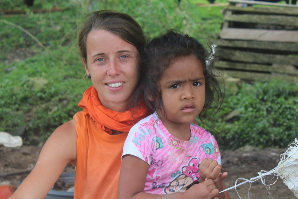 Silvia de Munari, volontaria di Operazione Colomba, con bambina