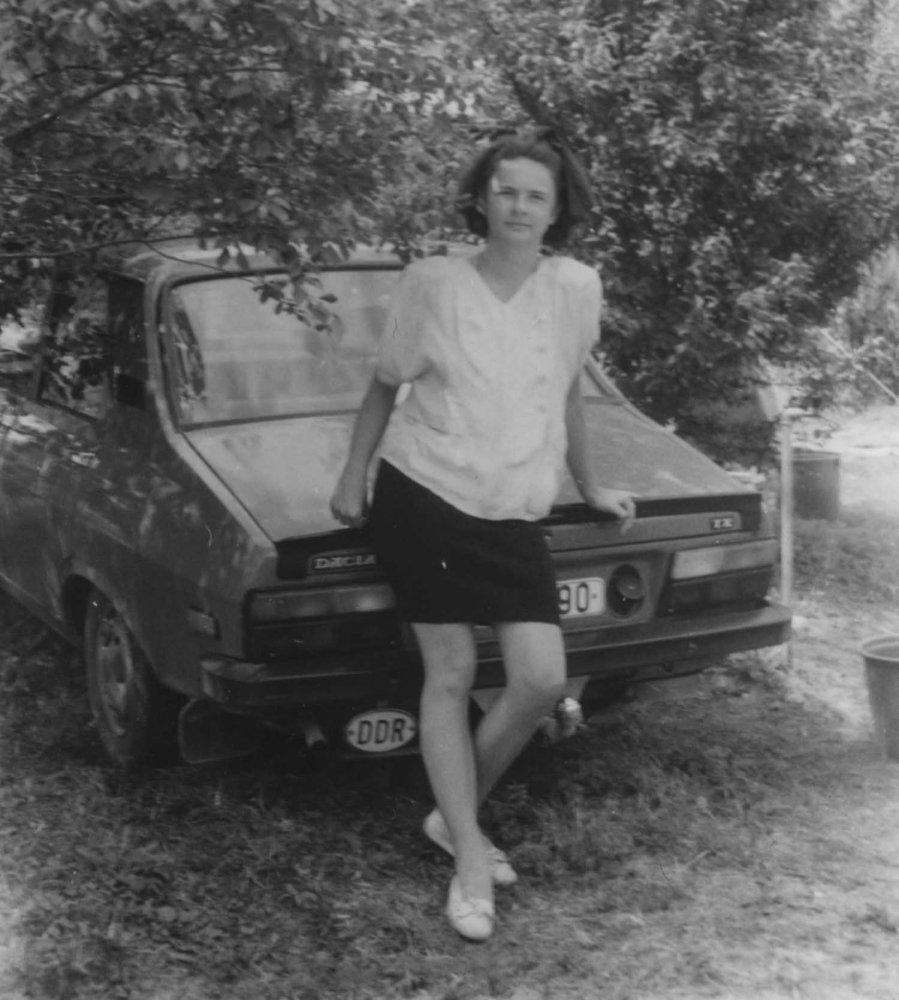 Simone appoggiata ad un auto con targa della DDR