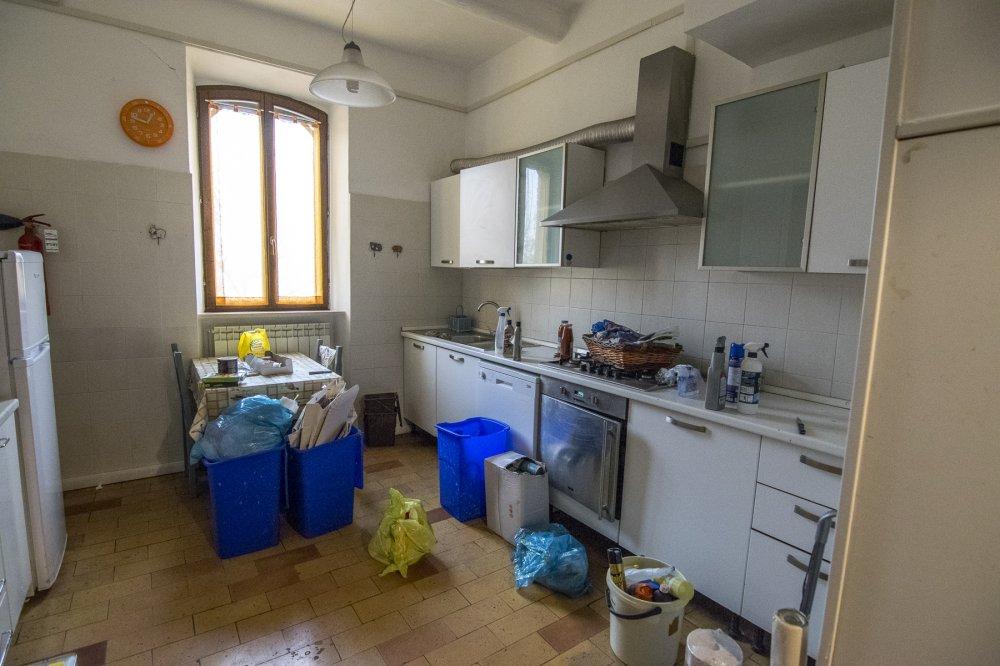 Cucina in disordine ed abbandonata dopo il terremoto