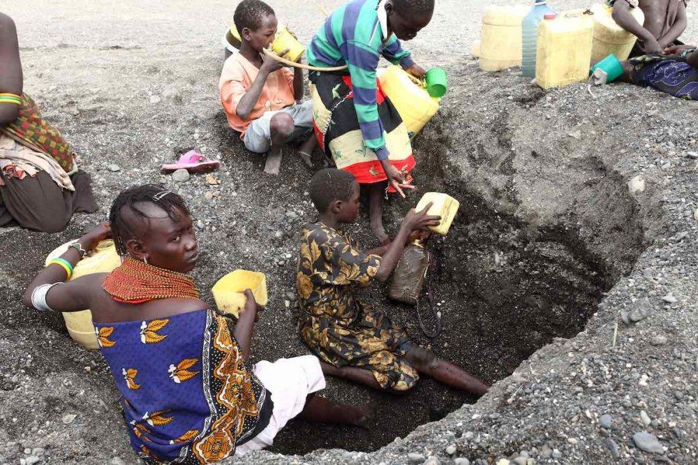 Scavare per acqua in Turkana