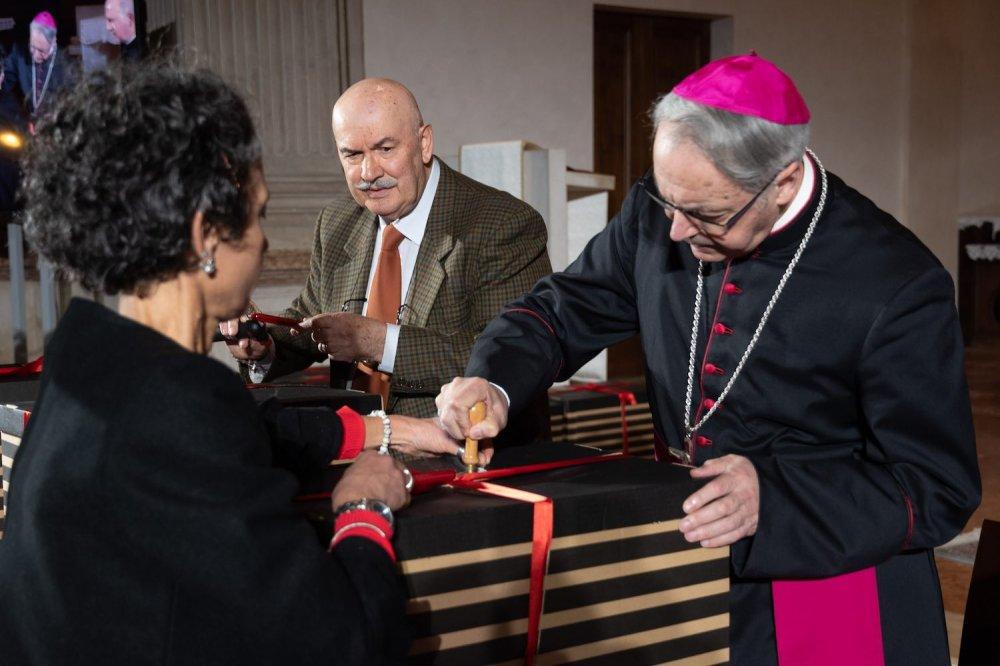 Vescovo di Rimini pone il sigillo
