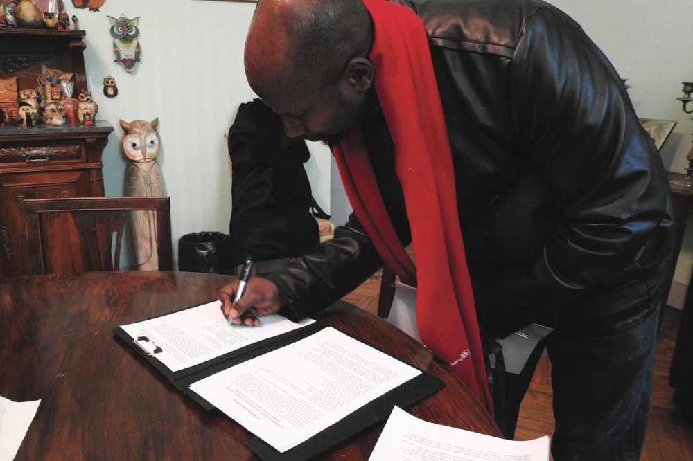 Victor Ambassador Johnson firma il documento
