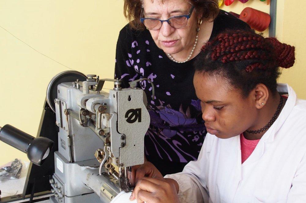 Donna nigeriana al lavoro seguita da una donna italiana