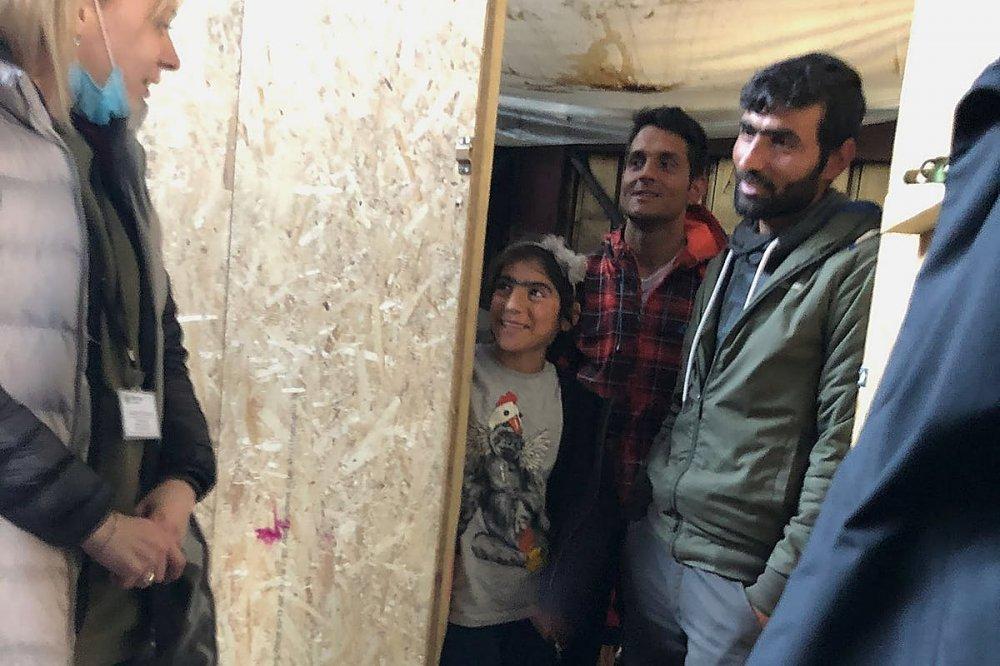 Incontro con famiglia di profughi in una baracca