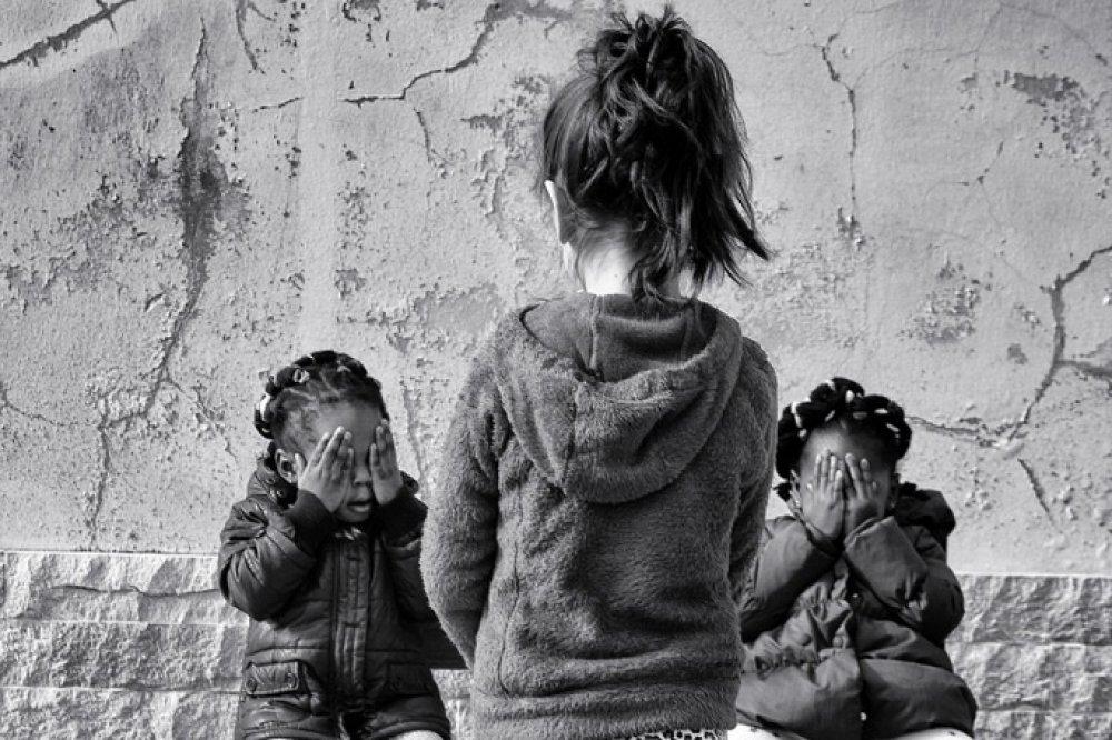 Bambine nascondono il volto