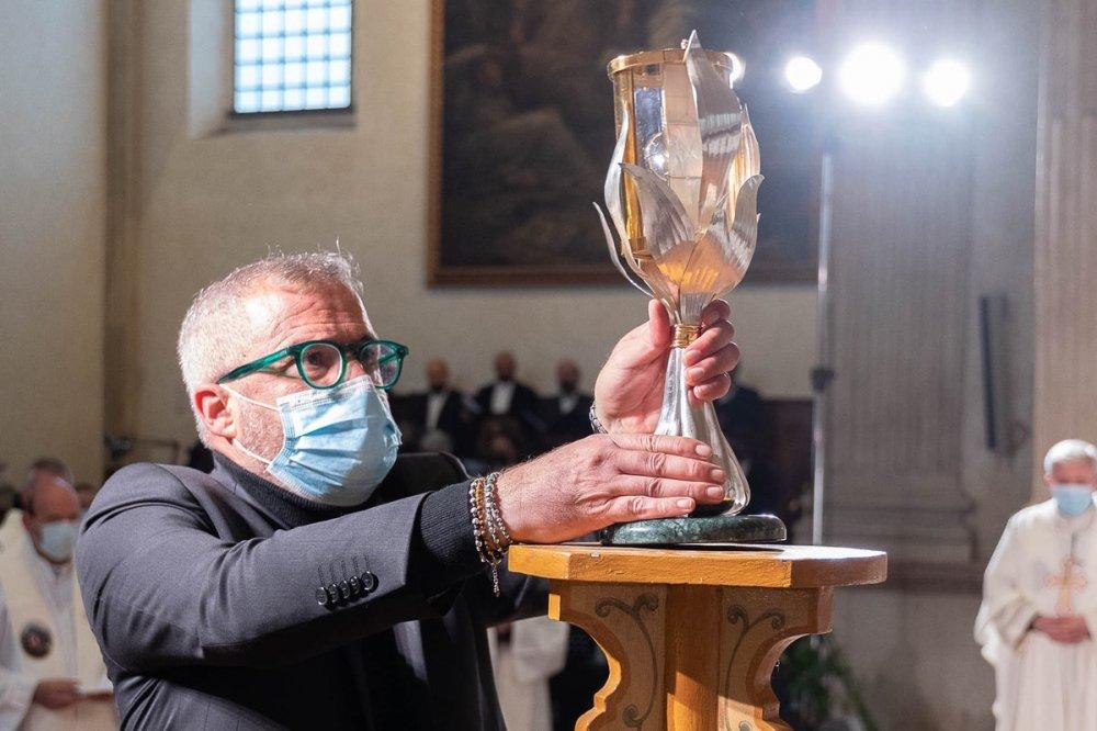Stefano Vitali con reliquie di Sandra Sabattini