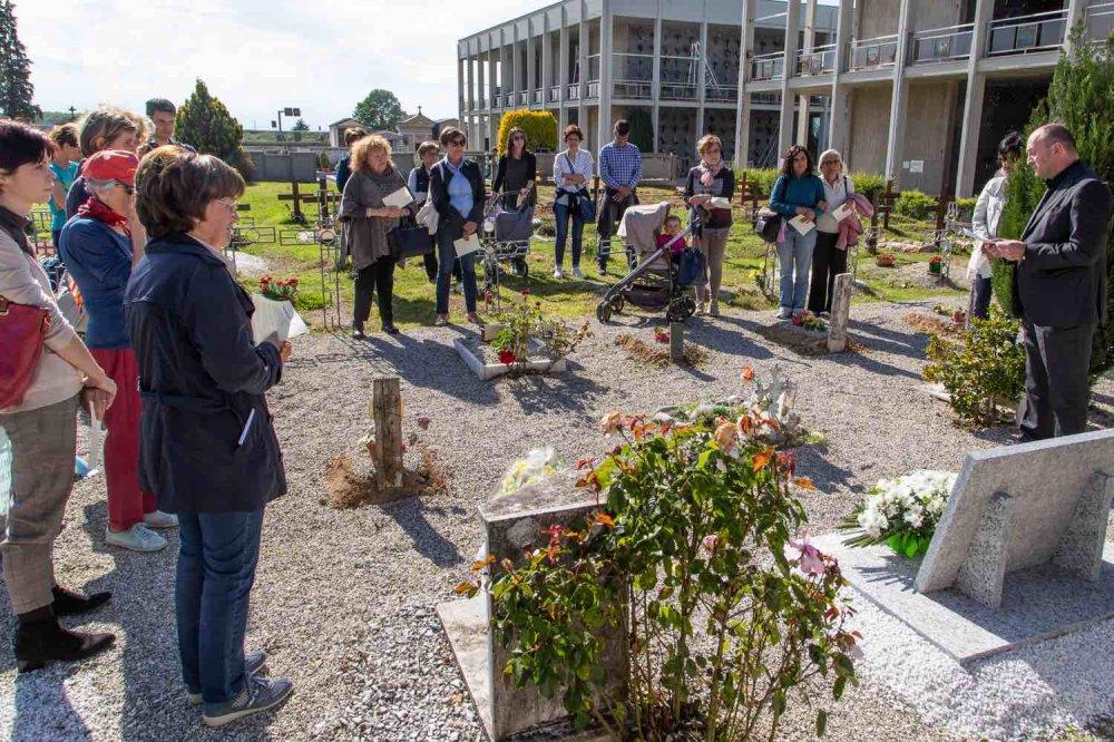 Inaugurazione in cimitero della lapide con il Vescovo