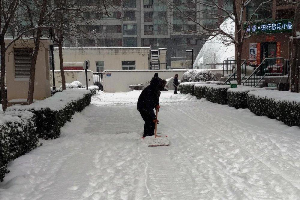 Uomo spala la neve