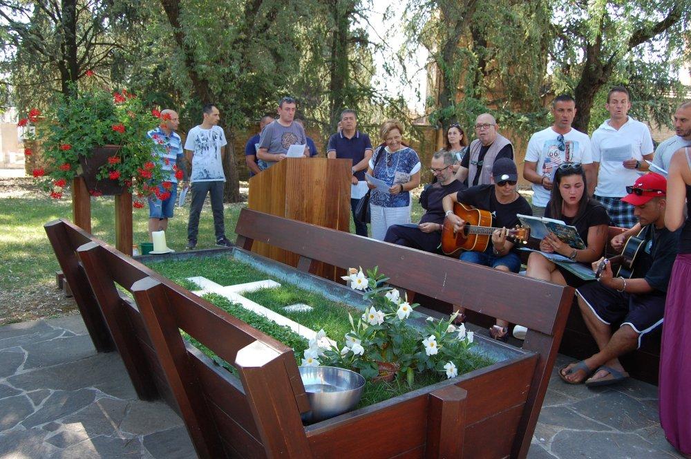 Tomba di Don Oreste Benzi con ragazzi in preghiera