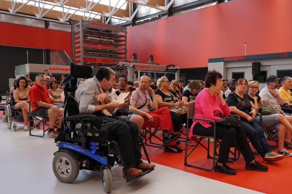 Andrea Beltrame sulla carrozzina a rotelle, pone le domande dal pubblico
