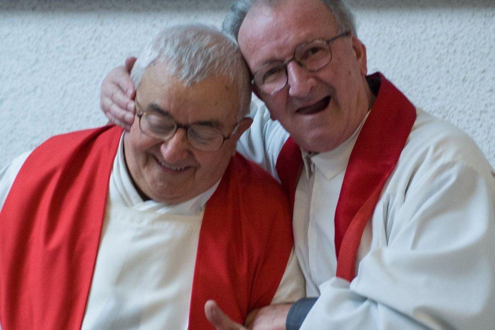 i due sacerdoti giocano e si abbracciano