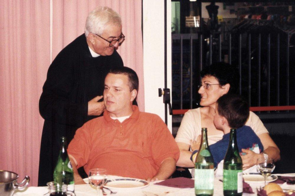 Scena di vita familiare, Don Oreste Benzi insieme a Giovanni Paolo Ramonda e la moglie a pranzo