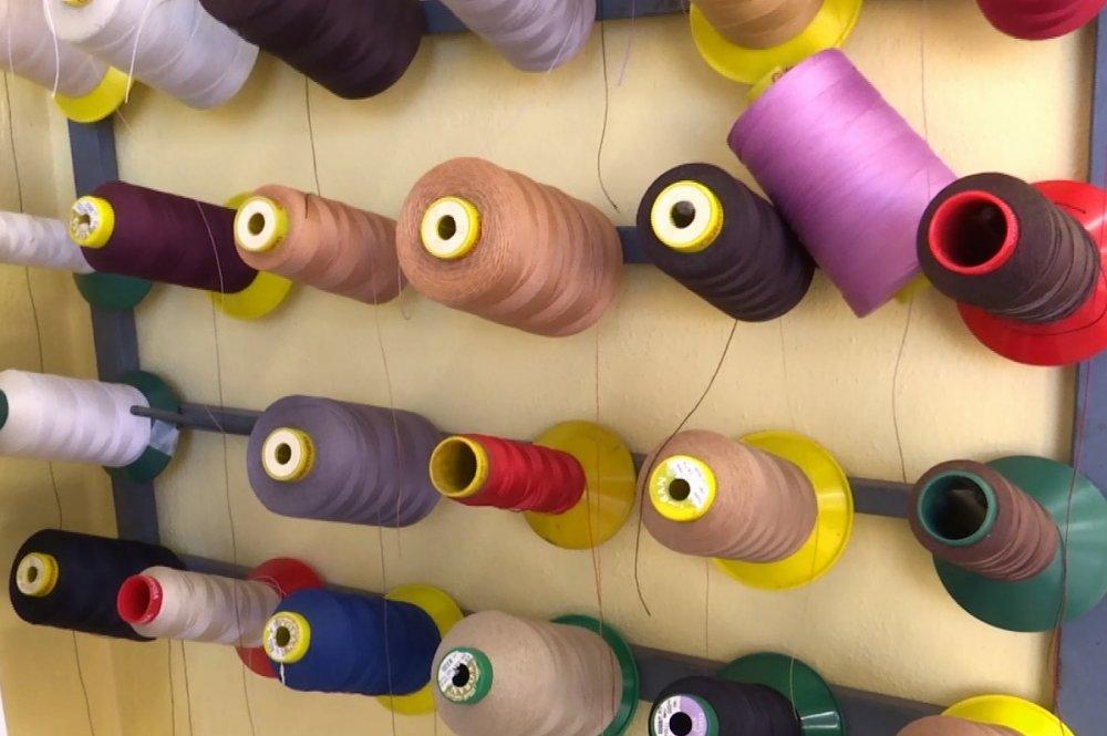 Rotolini colorati di filo da cucito