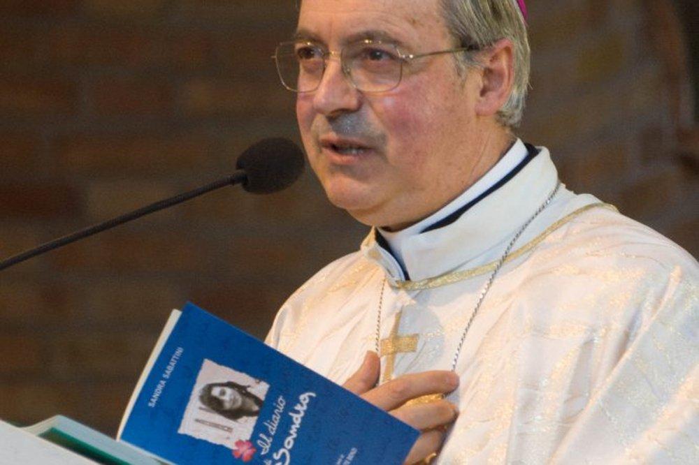 Francesco Lambiasi con il libro di Sandra Sabattini