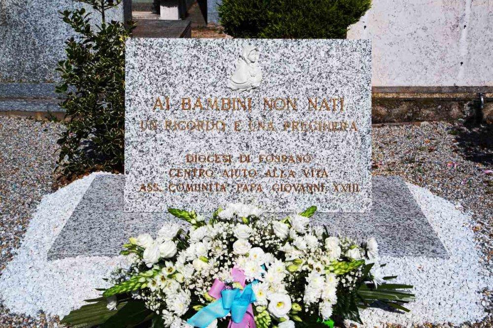 La lapide per i bimbi non nati nel cimitero di Fossano