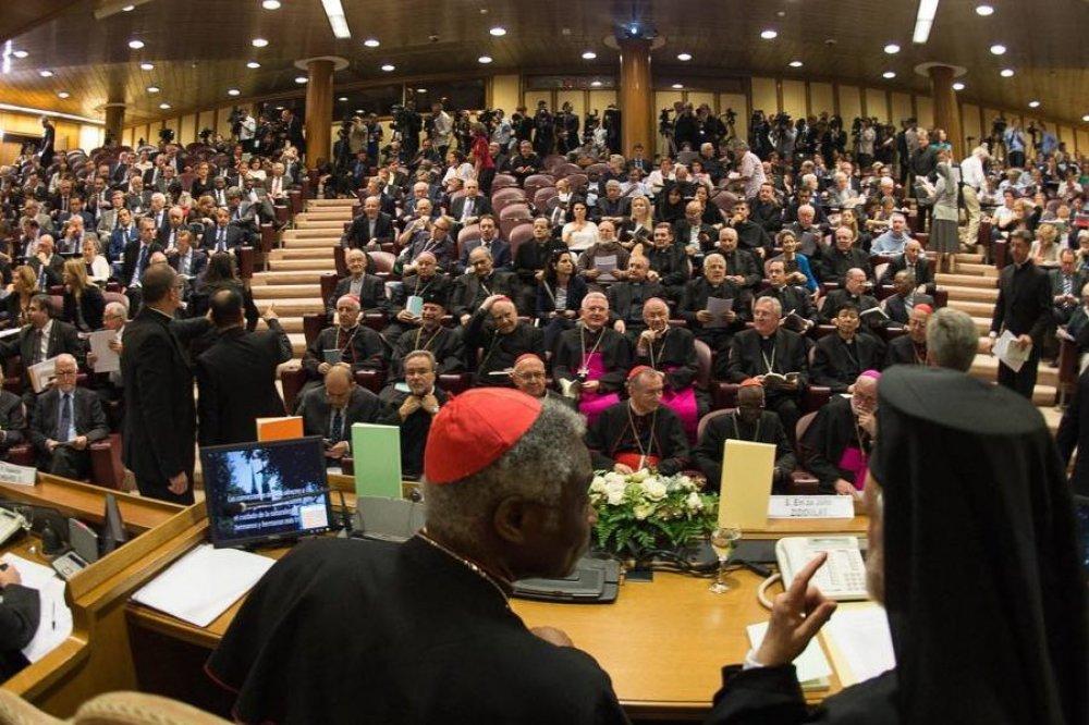 Sala gremita con giornalisti e prelati in Vaticano