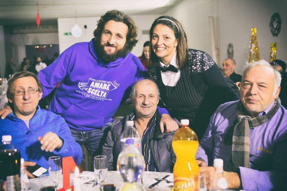 Luca Fortunato, a sinistra, responsabile della Capanna di Betlemme di Chieti, durante una cena con i senza fissa dimora in occasione del Natale 2019.