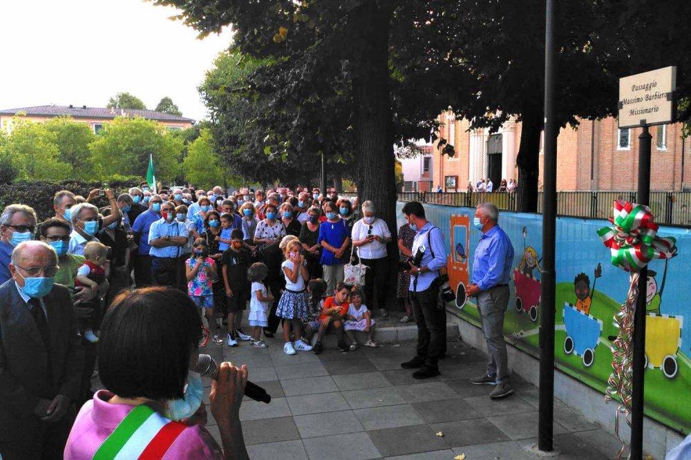 Folla per la cerimonia della dedicazione del Passaggio Massimo Barbiero