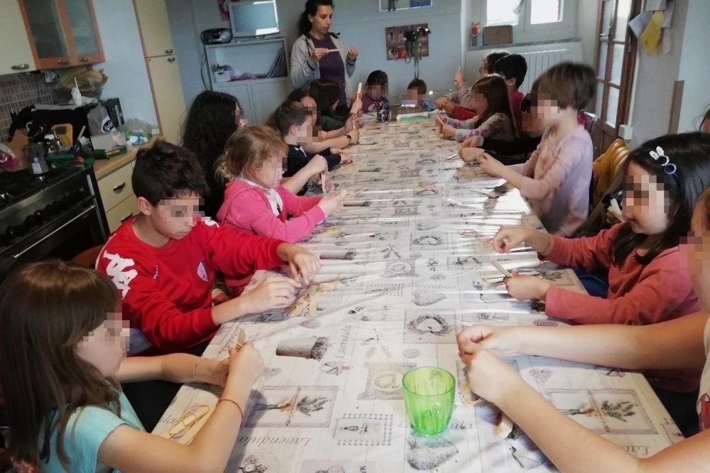Lunga tavolata in casa per i lavoretti con i bambini