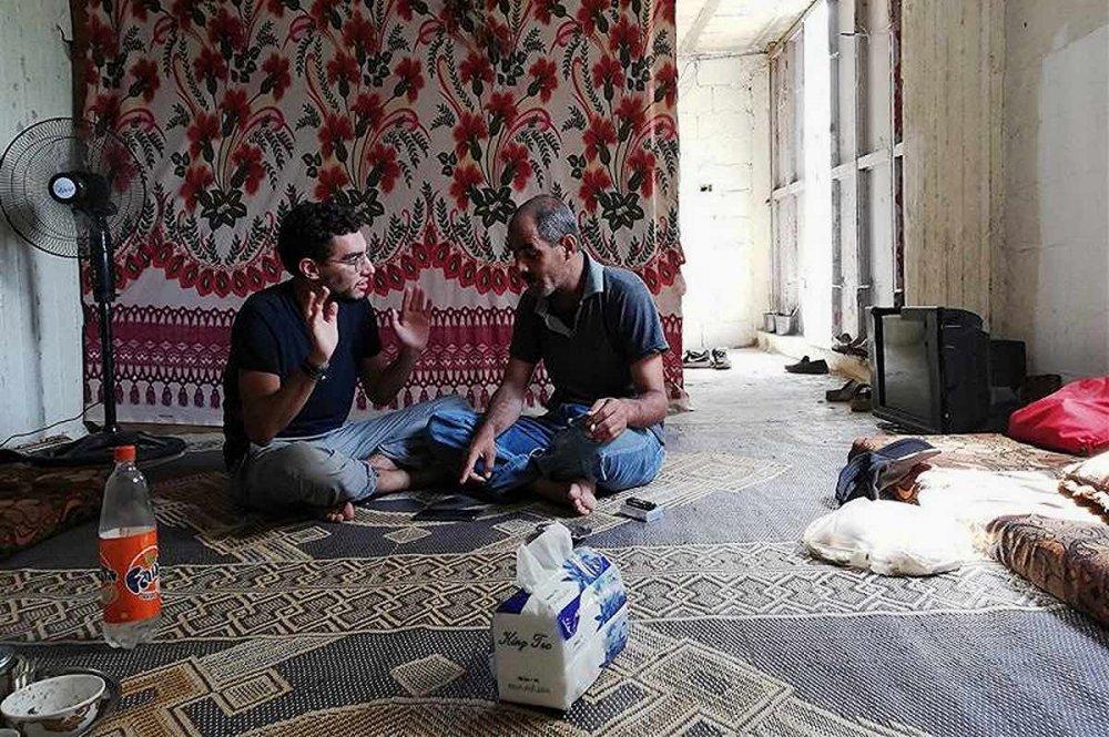 Giovane volontario in casa di un profugo siriano