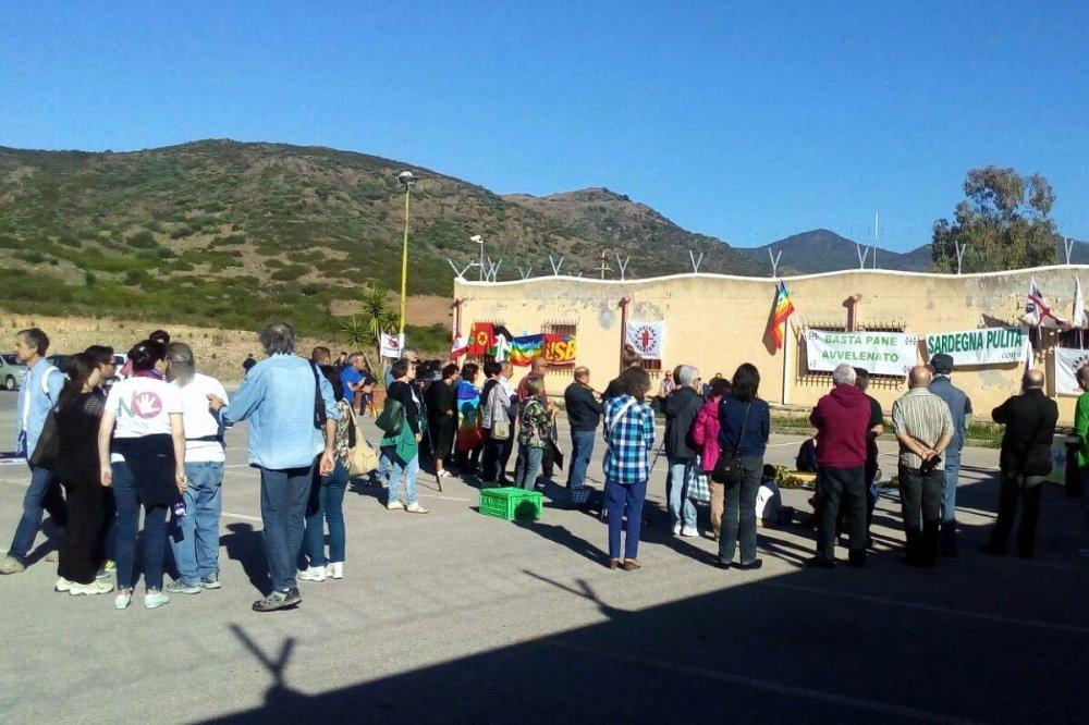 Manifestazione dei pacifisti di fronte alla Rwm di Domusnovas