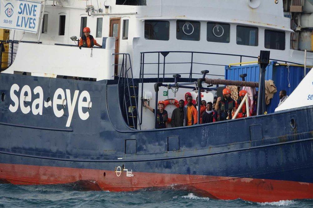 Esterne della Alan Kurdi con scritta Sea-Eye e profughi a bordo
