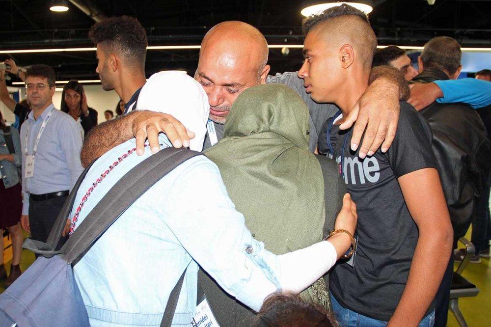 Profughi siriani si abbracciano all'aeroporto di Fiuminino, Roma