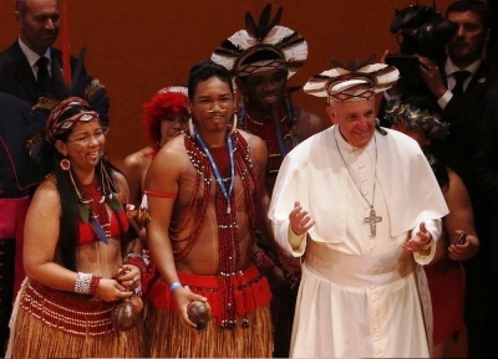 Papa Francesco con indios