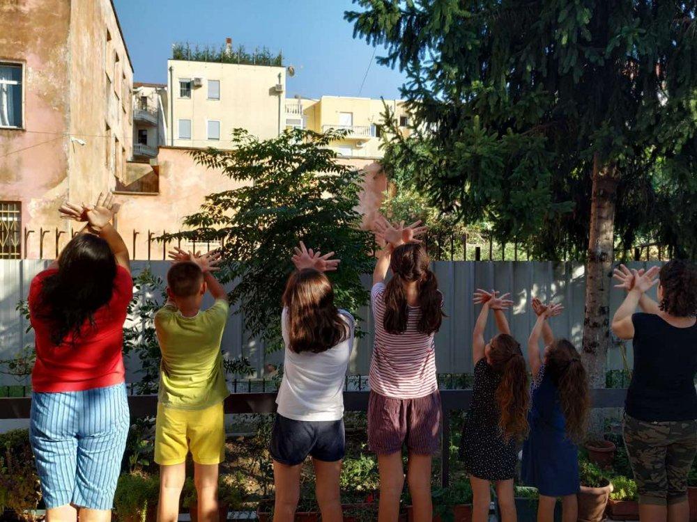 Volontari con i bambini in Albania