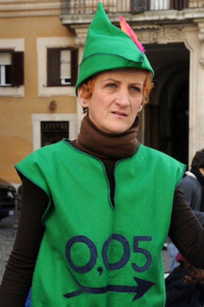 Attivista vestita da Robin Hood